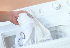 membersihkan gorden