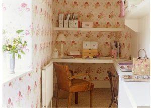 Flower Story Ruang kerja dalam rumah tak harus meja kerja dilengkapi kursi kerja dan rak buku besar yang ditempatkan pada suatu ruang khusus. Meja ukuran mungil yang di tempatkan di salah satu sudut rumah pun dapat difungsikan sebagai ruang kerja. Dengan adanya laptop atau notebook, meja kerja pun tak perlu yang lebar.