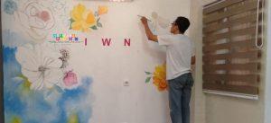 """Tips Untuk Melukis Dinding Mural: Ingatlah untuk mundur secara teratur untuk melihat muralnya tampak seperti apa jika dari kejauhan. Dinding mural harus """"terlihat benar"""" apakah kalian meng-close up atau hanya memasuki ruangan kembali untuk mendapatkan beberapa perspektif dari apa yang sudah kalian lakukan. Gunakan kuas yang layak. Menggunakan kuas yang murah justru hanya akan membuat kalian bekerja jauh lebih keras dalam membuat mural."""