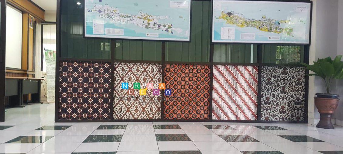 Pemasangan Wallpaper Di Jalan Ngeksigondo, Prenggan, Kotagede, Yogyakarta