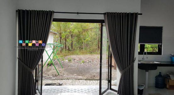 6 Cara Memasang Gorden Pintu yang Benar